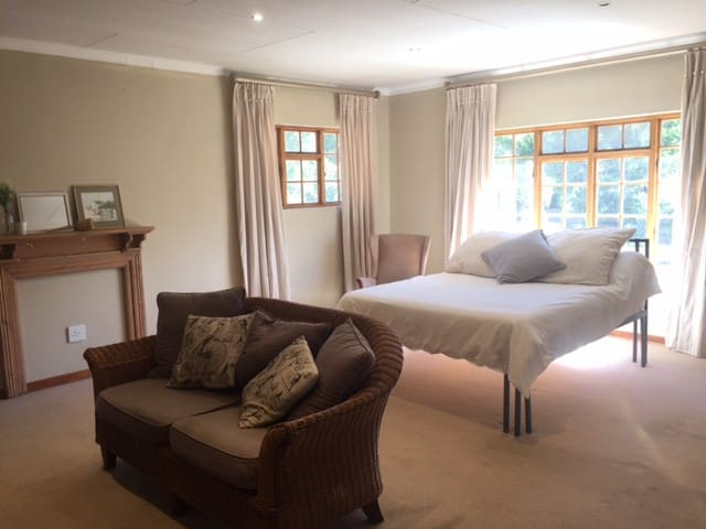 Suburban Bliss -  Spacious , Airy , modern room. - Germiston - Haus