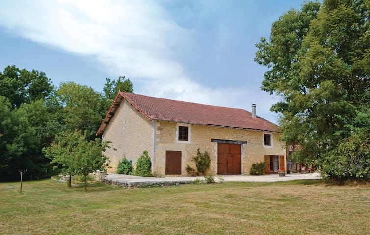 Holiday cottage with 3 bedrooms on 156 m² in Teyjat