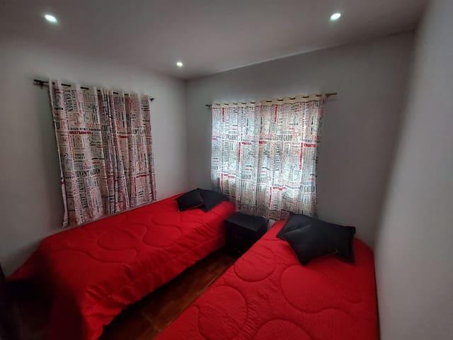 Habitación con 2 camas individuales y closet