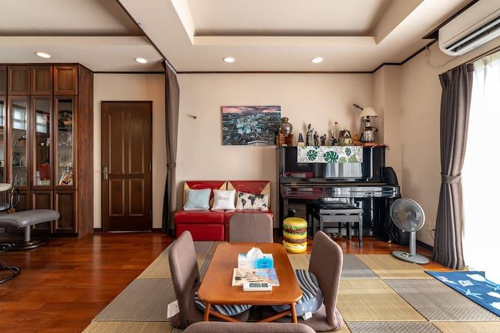 2階フロア全貸切、ゲストは1組限定!広々スペースで眼下の海を眺めながらごゆるりとおくつろぎください。