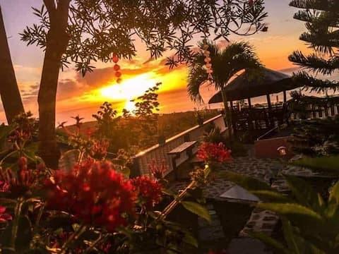 Vue sur la colline au lever du soleil