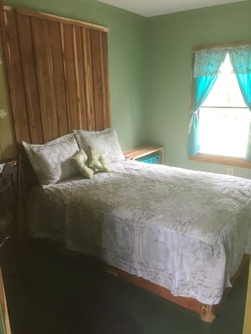 Castle Farms: Full-sized bed & shared bathroom
