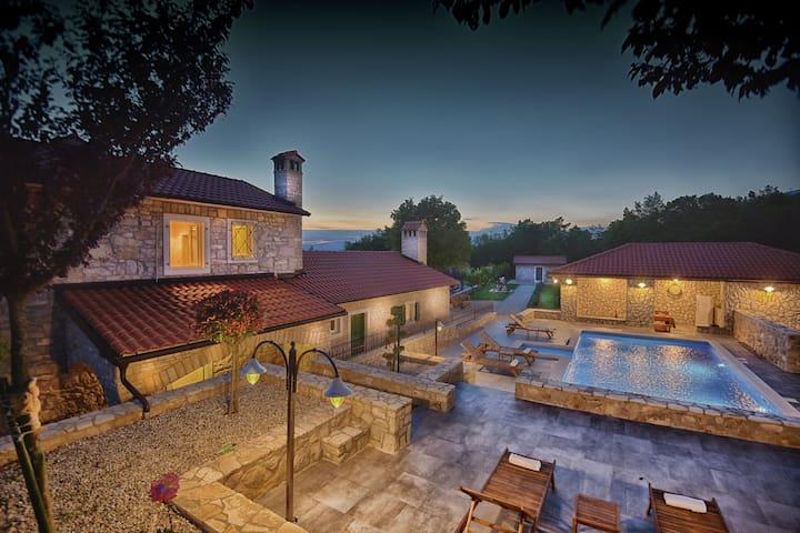 Villa exceptionnelle avec piscine privée. Cuisine extérieure et ferme de cerf!