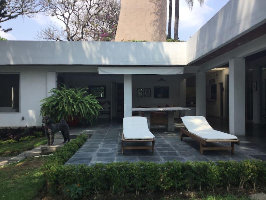 Terraza y mesa con sala exterior