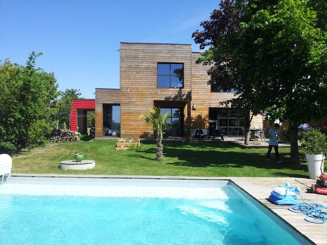 maison contemporaine avec piscine.