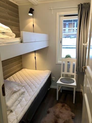 Sovrum med två sängar. Undre sängen är en resårbotten 90 över är en 80cm madrass.