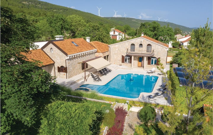 Awesome home in Cista Velika with Jacuzzi and 3 Bedrooms