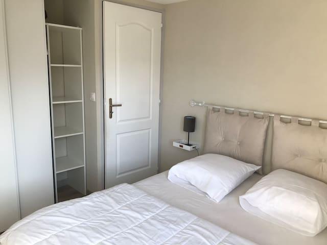 Chambre à l'étage avec lit 140x190 couette 200x200 oreillers 60x60