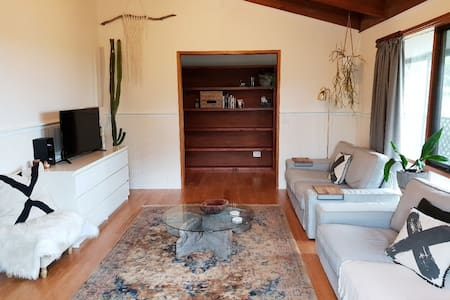 Country getaway at EMERALD COTTAGE (sleeps 12)