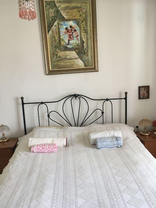 Η κρεβατοκάμαρα με ανατομικό στρώμα κ πίνακα με αγγελάκια!