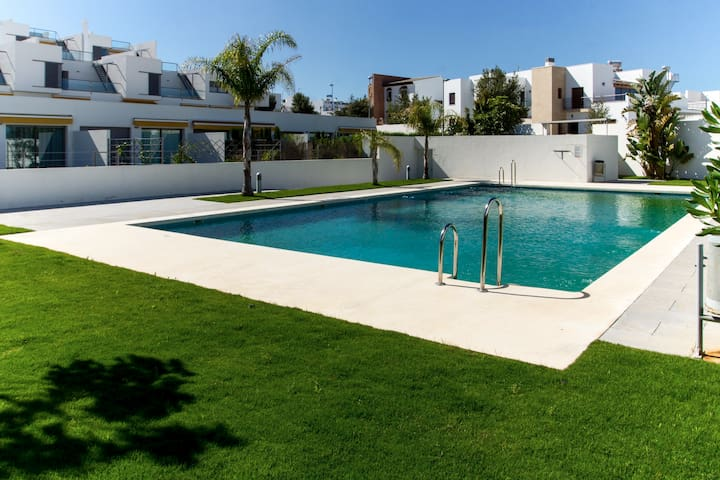 A 300 metros de la playa, piscina (18077)