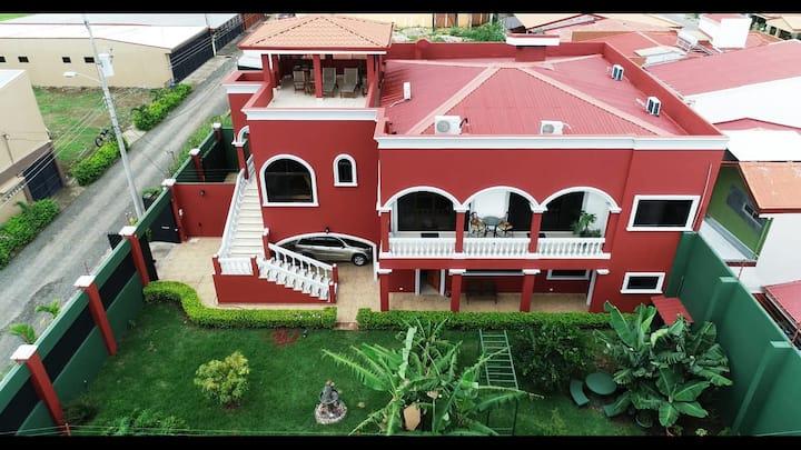 Trendy, Spacious Home near the SJO Intl Airport