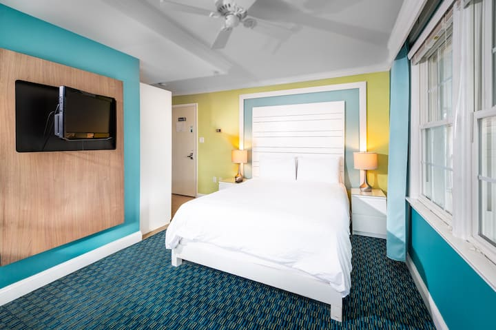 Queen - one queen bed (pet friendly) - Canalside Inn