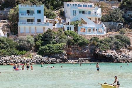 Seductora casa sobre la playa en Calan Porter - Cala en Porter