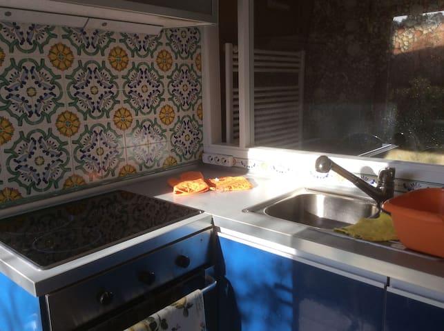 La cucina, con i fornelli elettrici