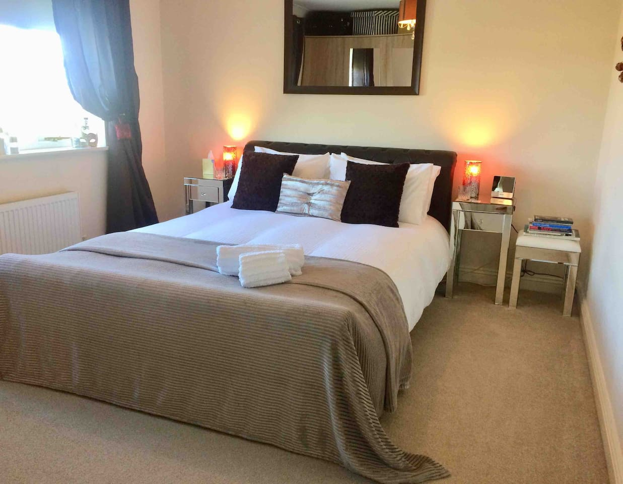 King sized bed with comfortable memory foam mattress. Views over the open countryside. Black out blinds. Peaceful. With no light pollution guests can use the telescope to view stars. Free Wifi & information in the room to plan your days sightseeing