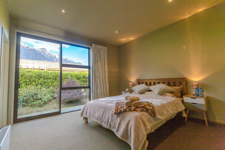 Ensuite Queen Room with Mountain view