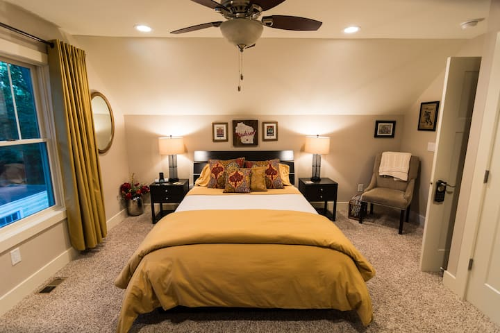 Private Rm/Bath in Near West Side Home w Queen Bed
