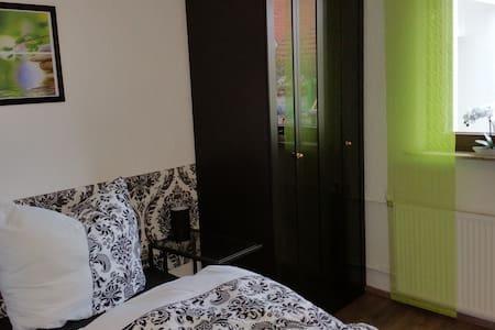 Schöne EG-Wohnung, eigener Zugang, zentrale Lage - Walldorf