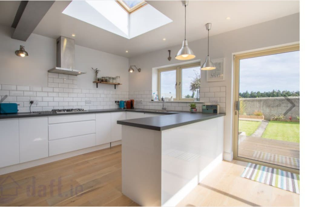 Fully equipped, sunny and bright kitchen