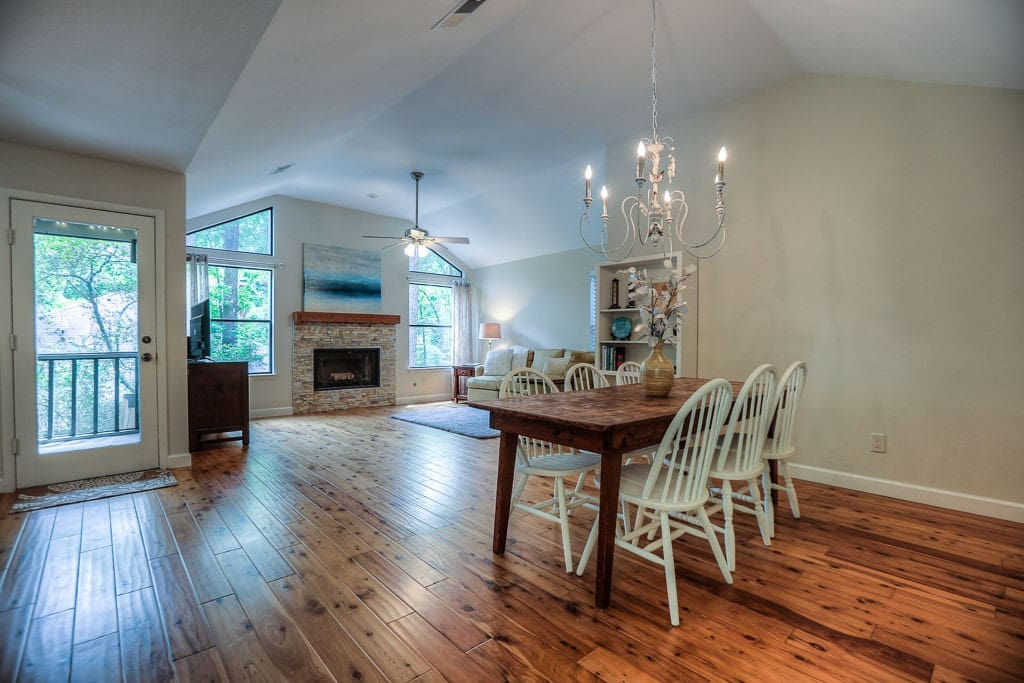 Look at these GORGEOUS hardwood floors and neutral ambiance!