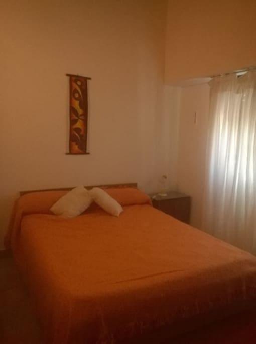 dormitorio 1 principal con cama matrimonial