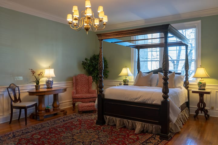 Luxurious Suite w/garden on Court Square Downtown