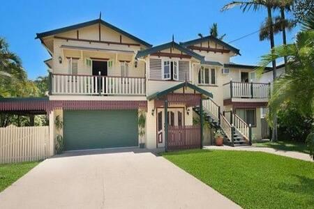 Poolside bungalow paradise! - Cluden - Huoneisto