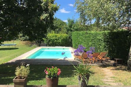 Grande maison d'architecte avec jardin et piscine - Écully - Haus