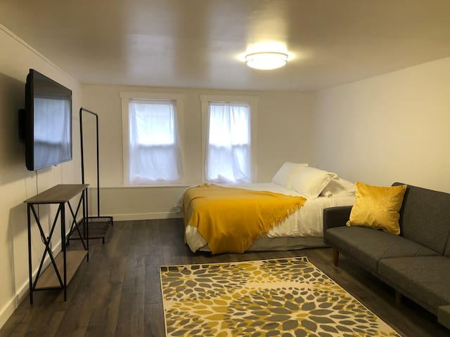 Renovated private studio + free parking, buses