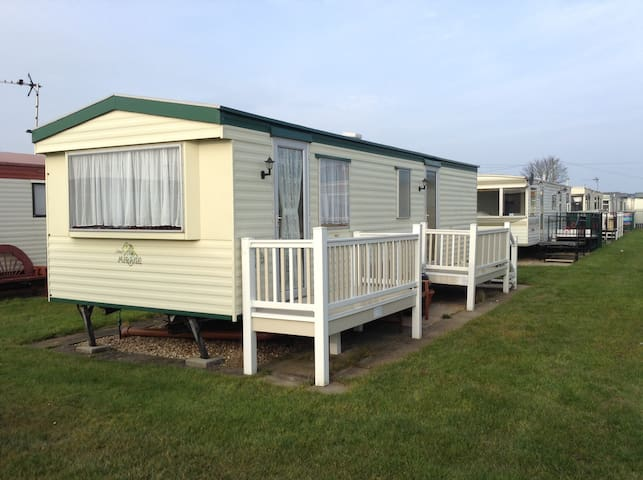 Cosy 2 bedroom caravan with parking ingoldmells. - Ingoldmells - Muu