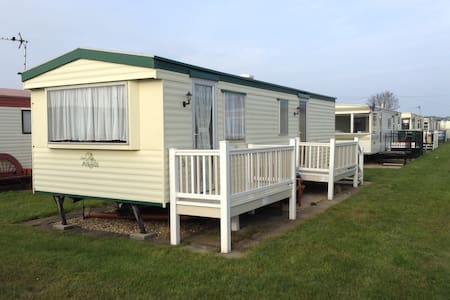 Cosy 2 bedroom caravan with parking ingoldmells. - Ingoldmells - Inny