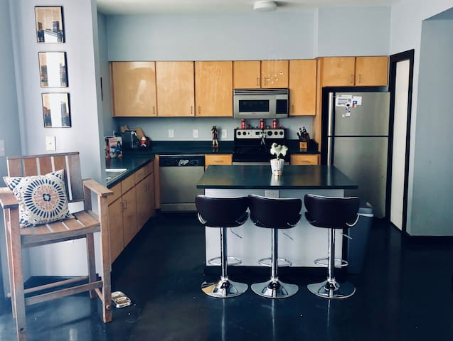 East Austin Townhome w Pool-Sleeps 5