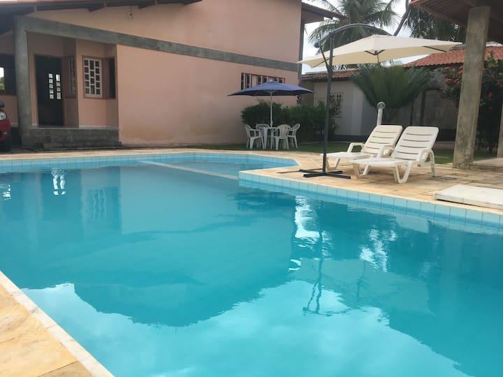 Casa com piscina há 100m da praia
