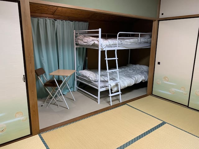 Japanese style Japanese room. Three sets of futons can be set in one room. 日本式の和室です。