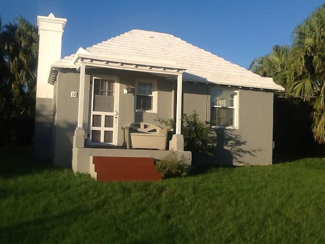 Charming traditional Bermuda Cottage - Free WiFi
