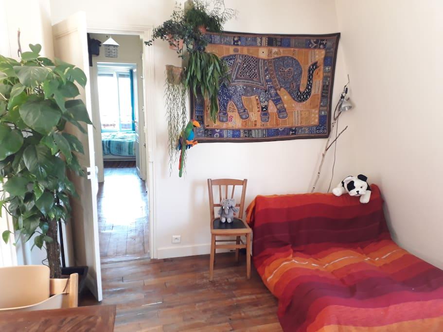 Salon : le grand canapé lounge, idéal pour lire ou pour siester !