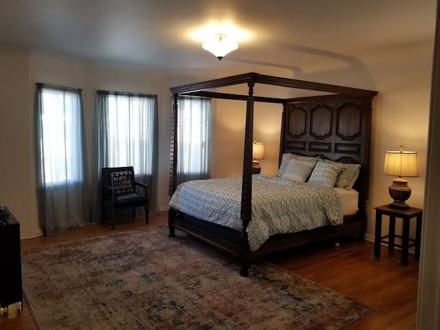 Private Bedroom & Private Bath/Wilshire District