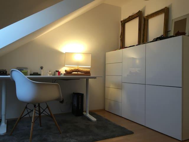 Möbliertes Zimmer 10qm am Englischen Garten +Wlan - Unterföhring - (ไม่ทราบ)