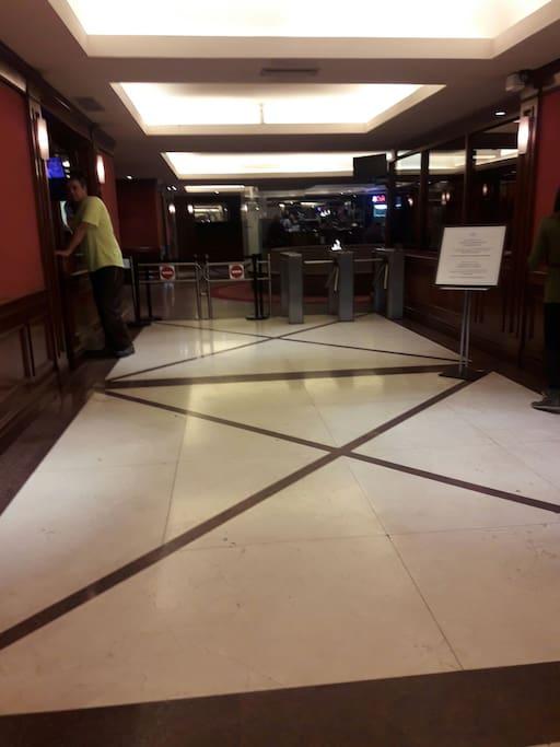 Hall de entrada al edificio con molinete magnético y seguridad las 24hs