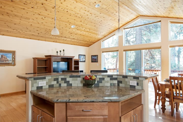 Sunny Cabin with private hot tub in King's Beach