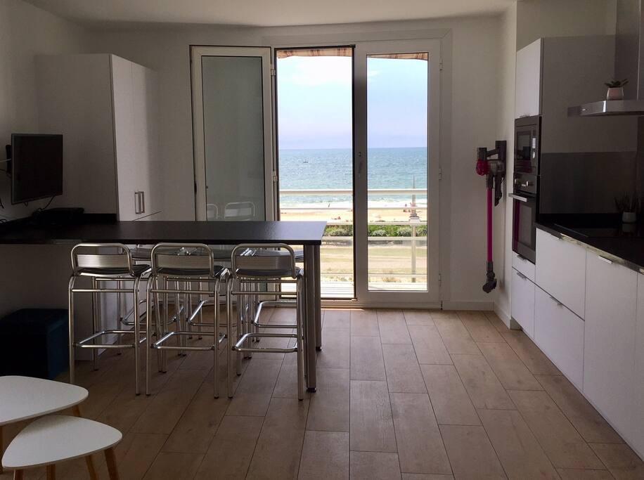 """Superbe appartement refait à neuf de 35m² - plage """"La Nord"""" à Hossegor. Cuisine équipée d'un four, micro-ondes, frigo, congélateur, lave-vaisselle, machine à café. La vaisselle, le linge et les produits d'entretien sont également fournis."""