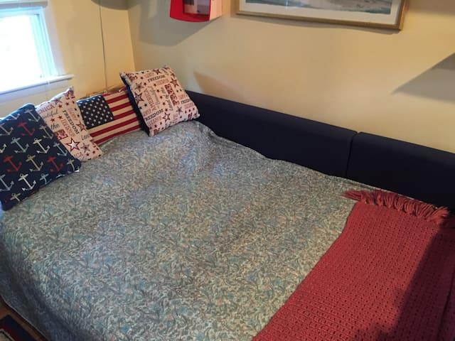 Additional full size bed sleeps 2 ( condo sleeps 4 max.