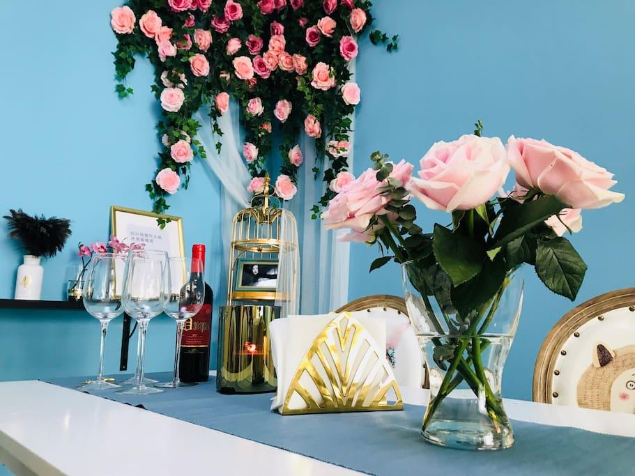 红酒杯、香薰蜡烛、浪漫鲜花,营造浪漫烛光晚餐氛围