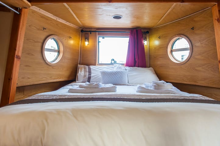 Self Catering Barge 'Scéal Eile'