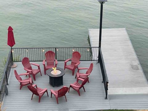 Lakefront house with guest house! Entirely fenced!
