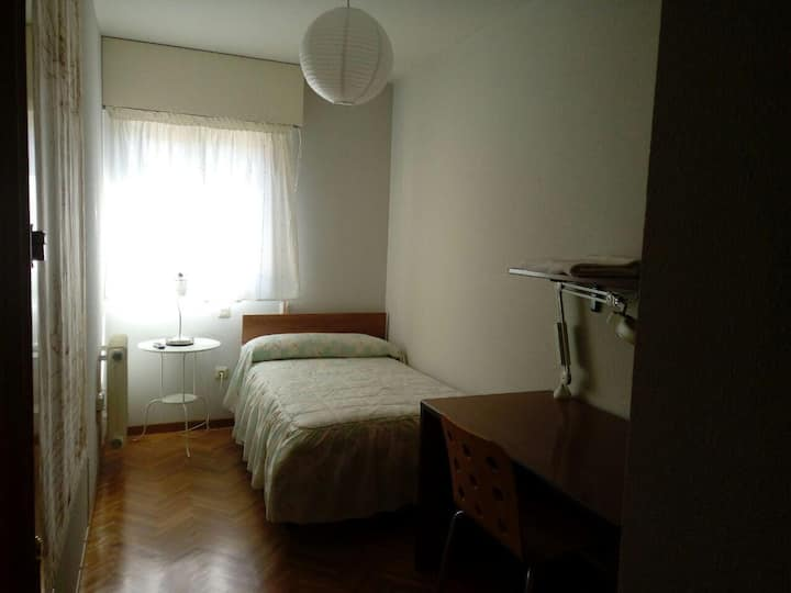 Habitación individual con WiFi, TV y escritorio