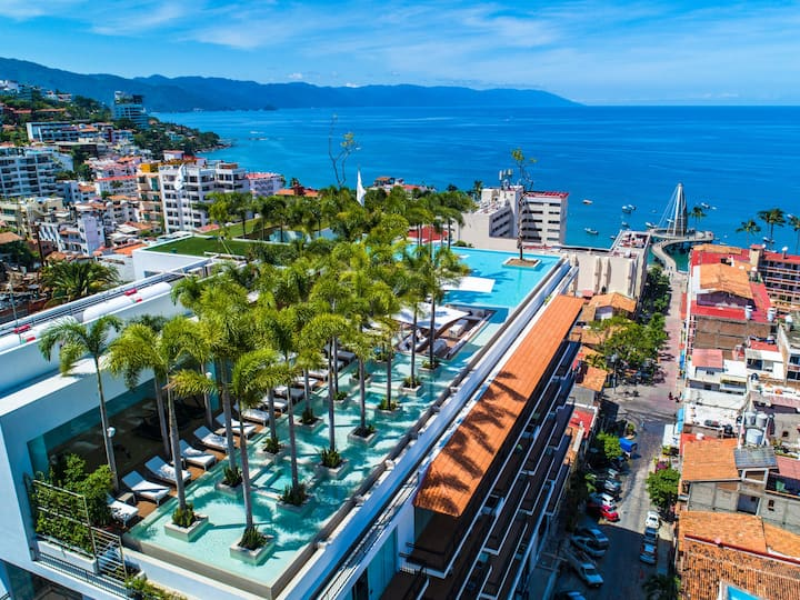 Luxurious, Ultra Chic Pier 57 Condo, Romantic Zone