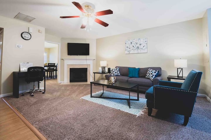 Roomy Townhome⭐️Walkable ~ Wkly & Mnthly Discounts