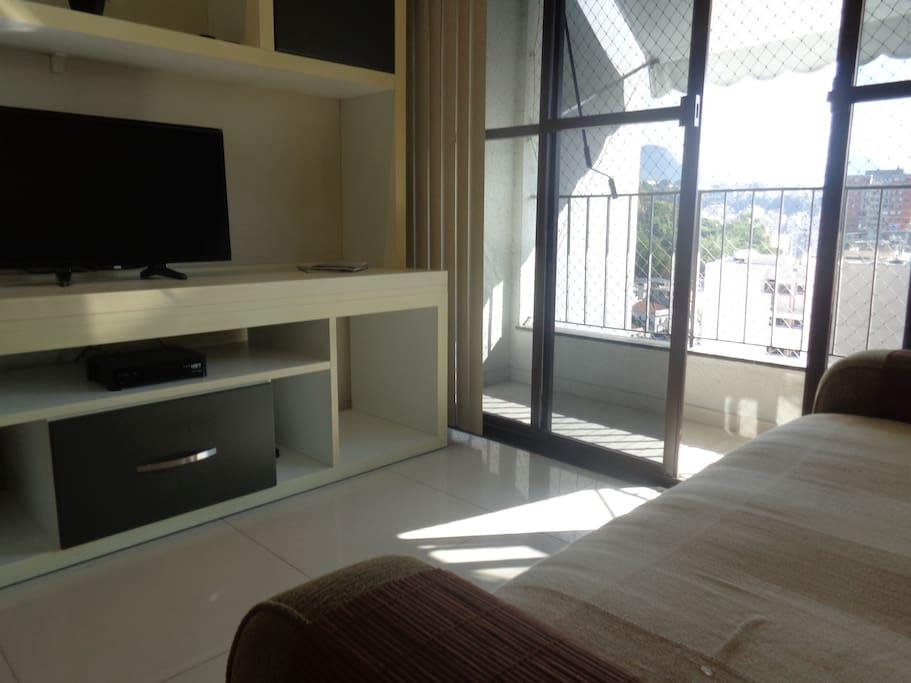 Confortável sofá que vira uma cama com TV de LED e ar condicionado.